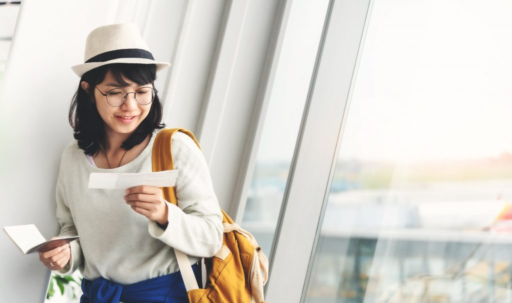 backpacker-perempuan-dengan-tiket-pesawat