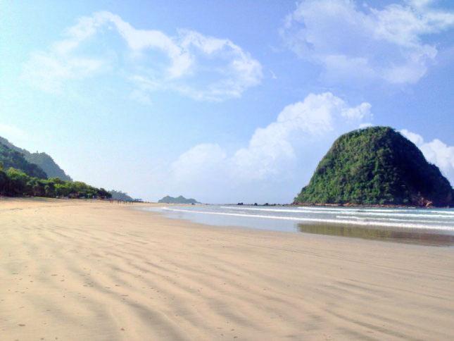 tempat-wisata-indonesia-hits-pantai-pulau-merah