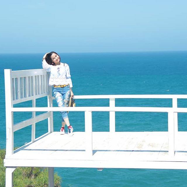 giant-chair-pantai-nguluran-teras-kaca