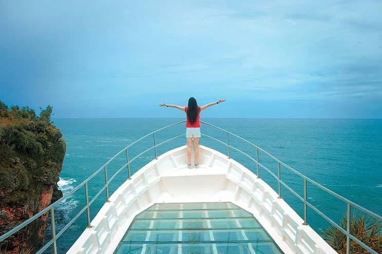 glass-boat-spot-wisata-pantai-nguluran