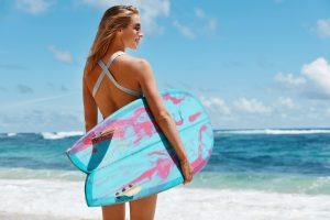 surfer-wanita-di-pantai-keramas-bali