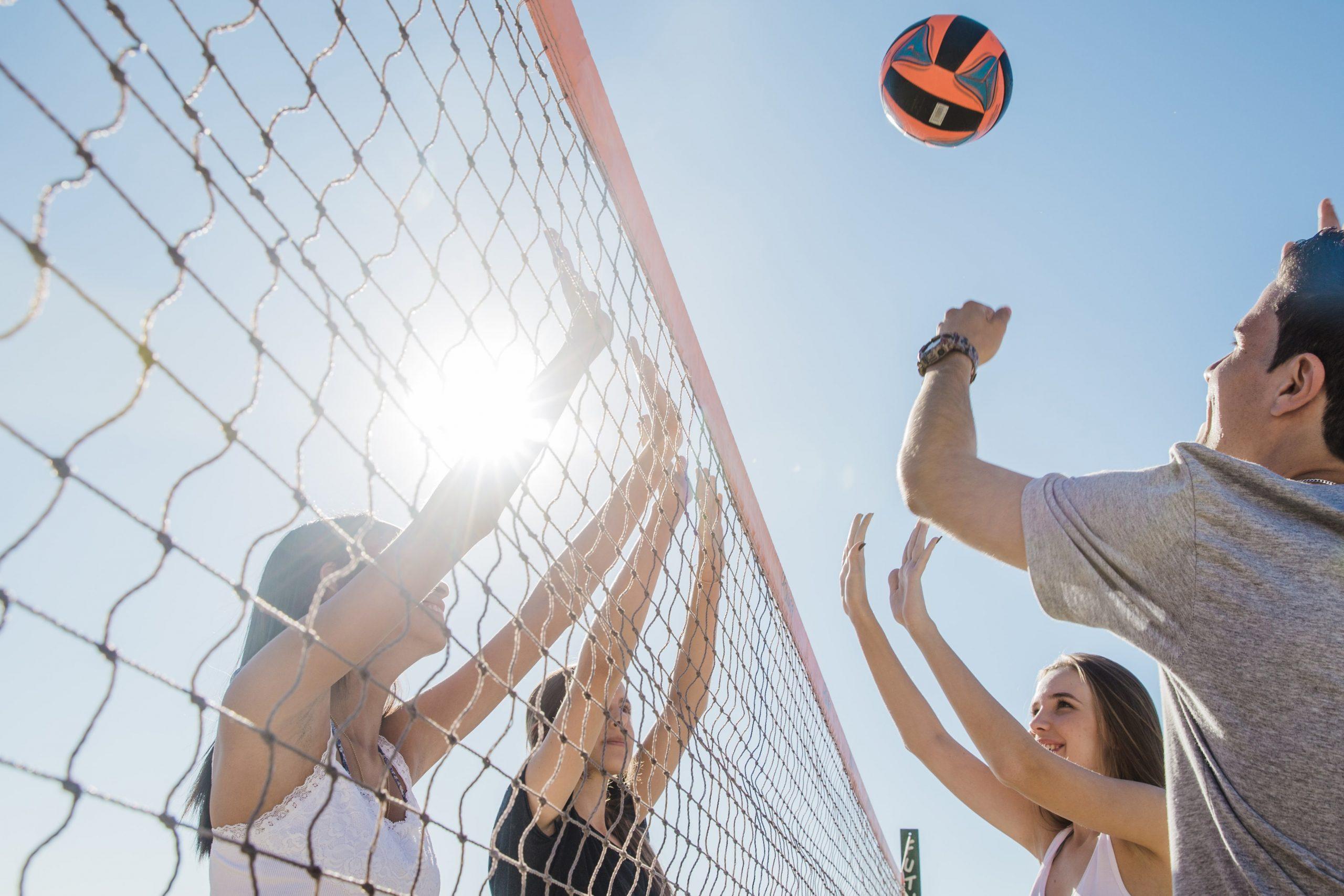 bermain-volley-di-pantai-trikora
