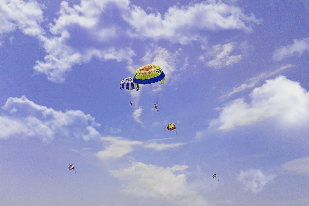 wahana-parasailing-pantai-tanjung-benoa-bali